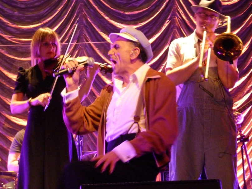 Dexys - Kevin singing with Bill Paterson & Lucy Morgan